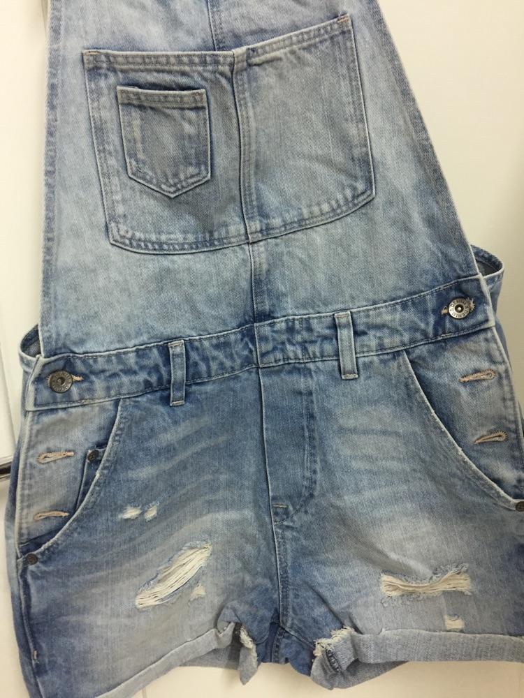 Salopette en jean delavé distressed