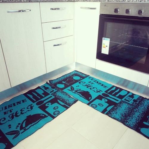 Tapis de cuisine de dimensions 2m/0.50m; il est trés pratique .le prix mentionné est le prix d'une seule piece .