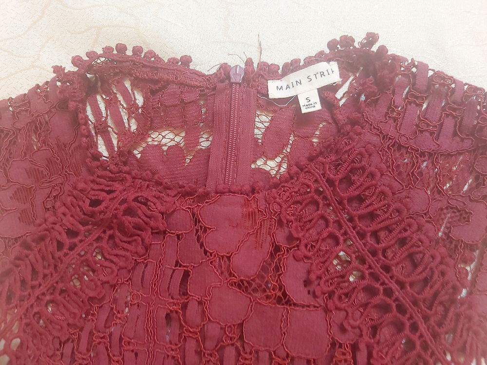 Robe rouge bordeaux  en dentelle
