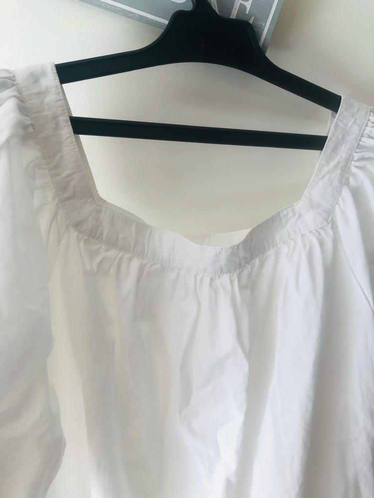 Une robe avec des manches bouffantes
